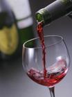グラスに注ぐ赤ワイン
