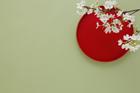 赤い盆と桜の花