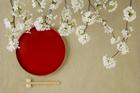 赤い盆と箸と桜の花
