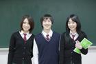 黒板前の制服姿の学生 男女3人