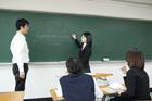 授業中の教師と生徒