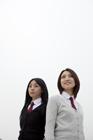制服姿の女子学生2人