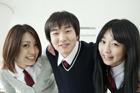 肩を組む学生 男女3人