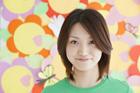 グリーンTシャツを着た女性 カラフル背景