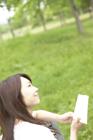 読書する女性と新緑