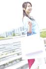 ショッピングバッグを持ち歩く女性