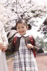 新入学の女の子と母親