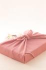 ピンク色の風呂敷包みと桜の花