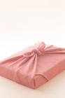 ピンク色の風呂敷包み