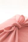 ピンク色の風呂敷包みアップ