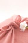 ピンク色の風呂敷包みと桜アップ