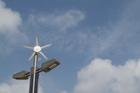 風力・太陽光発電街灯と青空