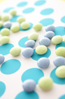 青と黄緑色のマーブルチョコ
