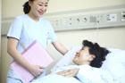入院患者と女性看護士