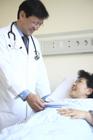 入院患者と男性医師