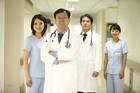 男性医師と女性看護士 4人