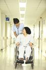 車椅子の患者と看護士