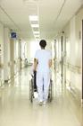 車椅子の患者と看護士後姿