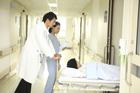 患者のベッドを押す医師と看護士