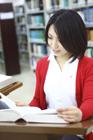 図書室で本を読む女子学生