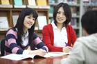 図書室で勉強する学生3人