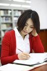 図書室で勉強する女子学生