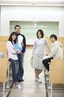 教室の学生たち4人