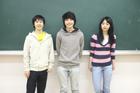 黒板の前の学生3人
