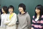 黒板の前の学生たち