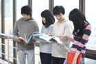 本を見る学生たち4人