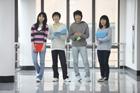 廊下の立つ学生たち4人