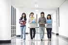 廊下を歩く学生たち4人