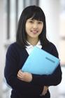 ファイルを持つ女子学生