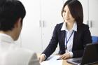 男性と話すオフィスのビジネスウーマン
