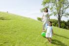 風船を持つ女の子と母親