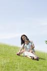 草原に座る母親と娘