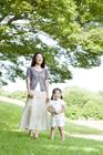 緑の木々と母親と娘