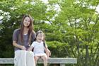 ベンチに座る母親と娘
