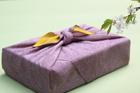 風呂敷包みと桜
