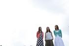 若者女性3人と空