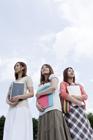 女子学生3人と空