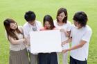 ホワイトボードを持つ若者達男女5人