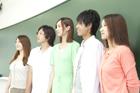黒板の前に立つ学生達男女5人