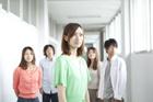 廊下に立つ学生達男女5人