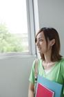 窓辺の女子学生横顔