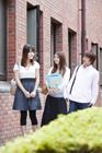 キャンパスの学生達男女3人