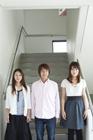 階段に立つ学生達男女3人