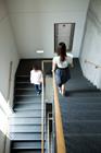 階段を下りる学生達男女2人