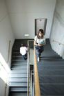 階段を上がる学生達男女2人
