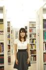 図書室に立つ女子学生